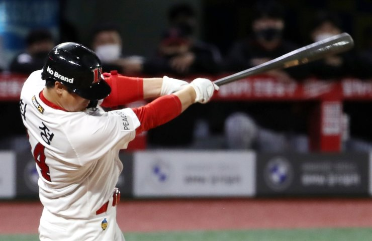 Choi Jeong of the SSG Landers hits a solo home run against the LG Twins in the bottom of the fourth inning of a Korea Baseball Organization regular season game at Incheon SSG Landers Field in Incheon, Oct. 12. Yonhap