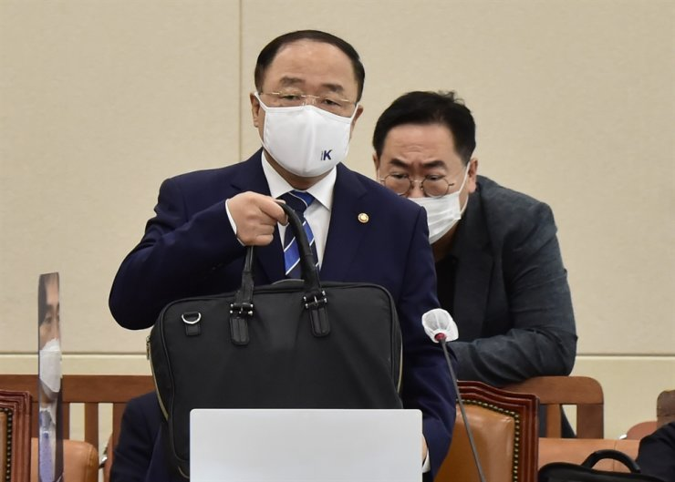 Deputy Prime Minister and Finance Minister Hong Nam-ki attends the parliamentary audit of the Ministry of Economy and Finance at the National Assembly in Yeouido, Seoul, Tuesday. Yonhap