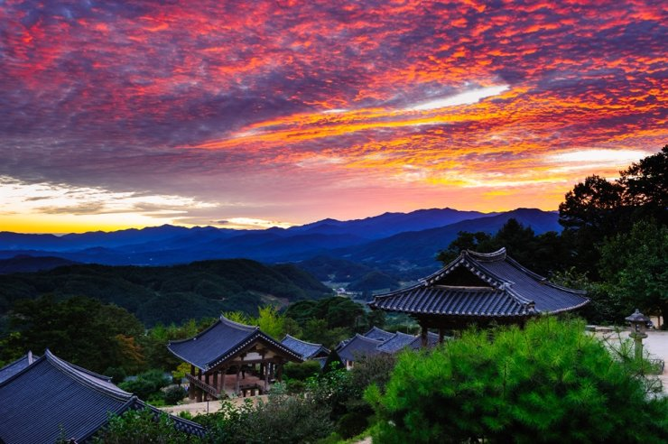 A sunset seen from Buseok Temple in Yeongju, North Gyeongsang Province / Courtesy of Gyeongsangbuk-do Tour