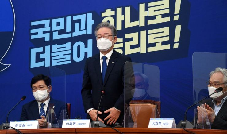 Gyeonggi Province Governor Lee Jae-myung, center, the presidential candidate of the ruling Democratic Party of Korea, attends a meeting with leaders and advisory group members of the party, held at the National Assembly in Seoul, Wednesday. Join Press Corps
