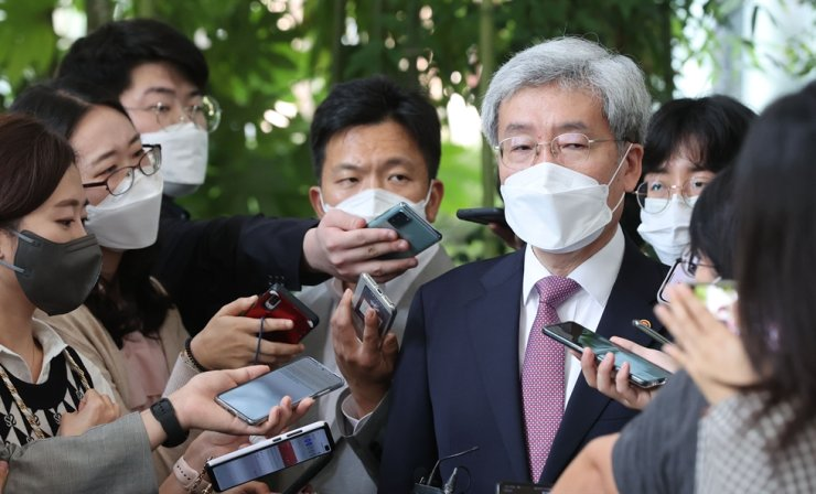 FSC chief Koh Seung-beom speaks to reporters during a brief meeting on the sidelines of a ceremony in Seoul, Oct. 14. Yonhap