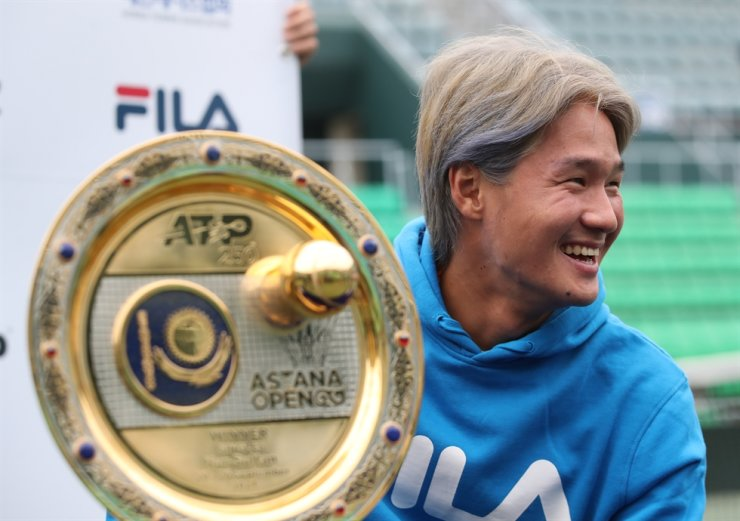 Kwon Soon-woo smiles during a press conference at Olympic Park Tennis Center in Seoul, Oct. 12, next to his trophy from the Astana Open on the ATP Tour. Yonhap