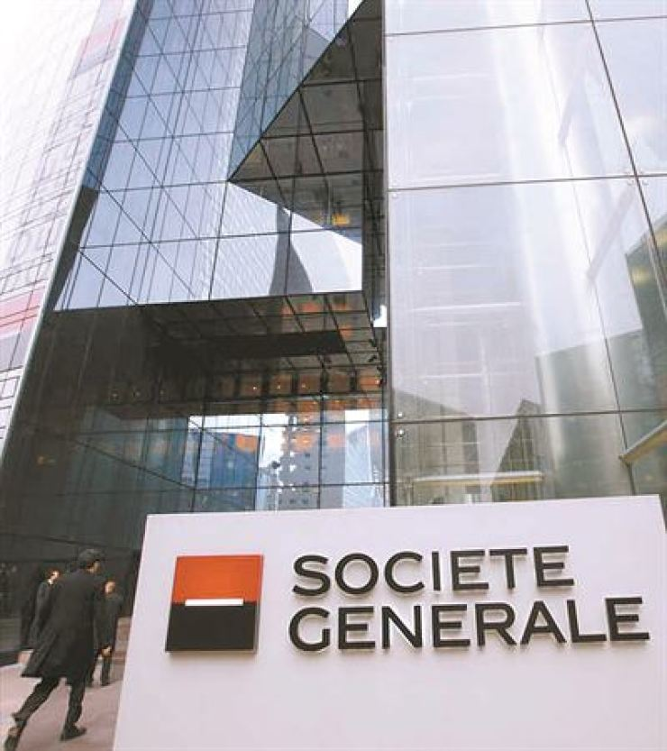 People enter the headquarters building of French bank Societe Generale outside Paris in January 2008. AP-Yonhap