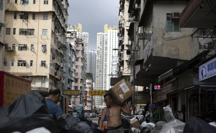 A man carries a box on Shek Kip Mei Street in Sham Shui Po, Hong Kong, July 4. Korea Times photo by Choi Won-suk
