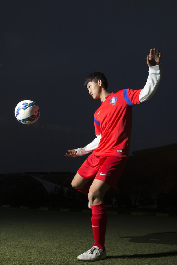 Kim Ho-seung demonstrates a volley after he became the finalist of the 2015 Nike Most Wanted Korea tryout at Paju National Football Center in Gyeonggi Province, April 12. / Korea Times photo by Choi Won-suk