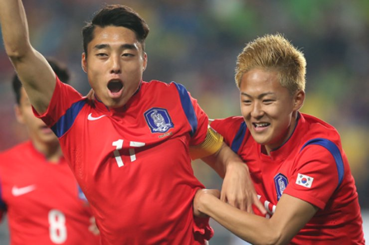 Korea's under-18 national football team's Lee Dong-jun, left, celebrates after scoring with Lee Seung-woo, during their 2015 Suwon JS Cup game against Uruguay at Suwon World Cup Stadium, Wednesday. Korea beat Uruguay    1-0. / Yonhap