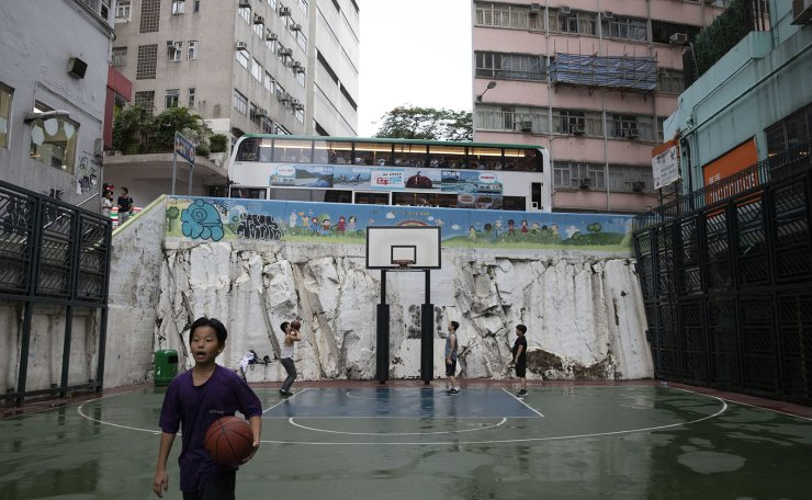 A basketball court on Wan Chai Road in Wan Chai, Hong Kong, July 4. Wan Chai, having the highest average earnings among the city's 18 districts, is concentrated with commercial, residential and governmental entities. Investors from mainland China have overheated the property market here, widening the gap between rich and poor by the most in recent years. The city's Gini index from last year had already surpassed 0.5 ― the limit after which social unrest such as a riot can happen. Between 0 and 1, the city had recorded 0.539 last year. The divided society has pushed people, especially the young generations, to considering emigration. According to a survey by the Hong Kong Institute of Asia-Pacific Studies from the Chinese University of Hong Kong released in March 2018, 51 percent of Hong-Kong residents aged 18-30 had considered emigration. The city government's extradition bill proposition has pushed those wary citizens to the edge, making them fear their liberty is at stake. Korea Times photo Choi Won-suk