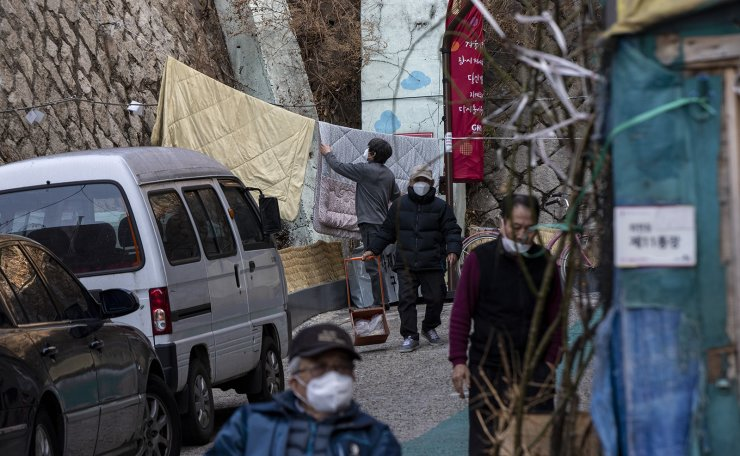 Residents wearing face masks are seen at impoverished neighborhoods in Seoul, South Korea, Thursday, Feb. 27, 2020. Korea Times photo by Shim Hyun-chul