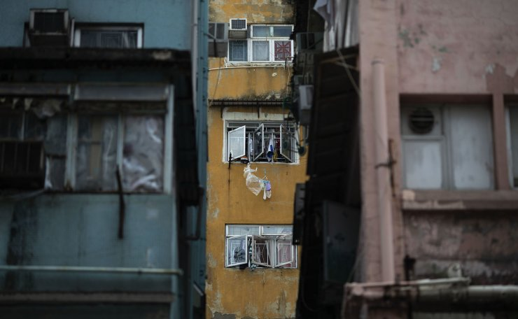 Laundry clings to the windows of a dilapidated building on Kweilin Street in Sham Shui Po, Hong Kong, July 4. Sham Shui Po, with the high population rate of migrants from mainland China, has long been left behind in Hong Kong's land development. Economic, cultural polarization due to a cultural gap and communication barrier between Hong-Kong residents and the migrants has been dividing the citizens there. One of the poorest districts, Sham Shui Po mirrors the city's social gap between rich and poor that is one of the world's worst. Korea Times photo by Choi Won-suk