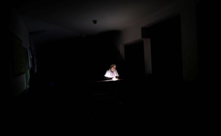 A nurse waits for the electricity to return, at a dialysis centre, during a blackout in Maracaibo, Venezuela, April 13, 2019. Reuers