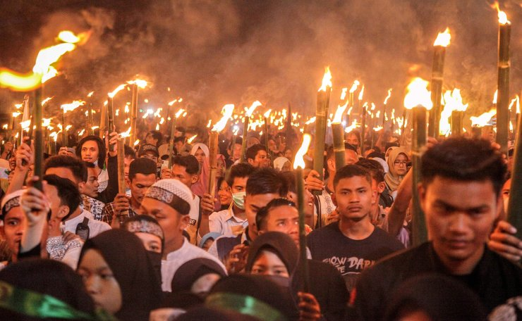 This picture taken on May 4, 2019 shows Indonesians taking part in a torch parade to welcome the holy month of Ramadan in Medan, North Sumatra. AFP
