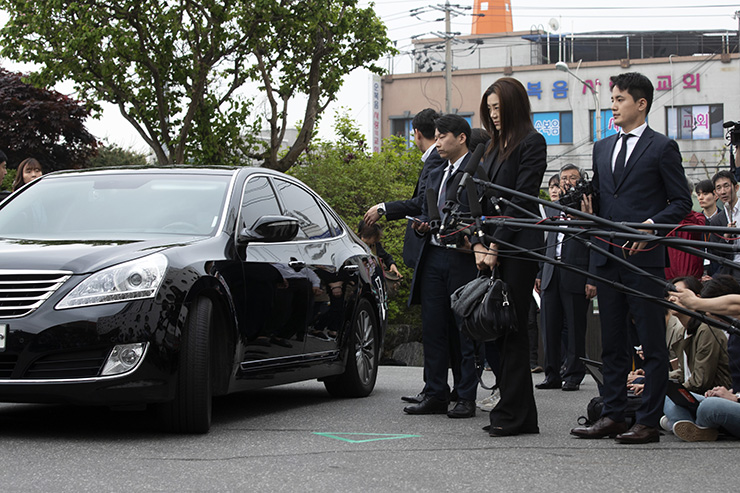 Korean Air heiress Cho Hyun-min faces the press as she arrives at the Seoul Gangseo Police Station in the morning on May 1 for questioning over allegations she splashed water in the face of an advertising agency official. / Korea Times photo by Choi Won-suk