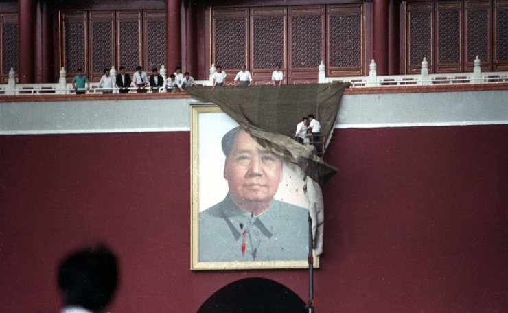 <span>Workmen try to drape the portrait of Mao Zedong in Tiananmen Square in Beijing, China, May 23, 1989. Reuters</span><br /><br />