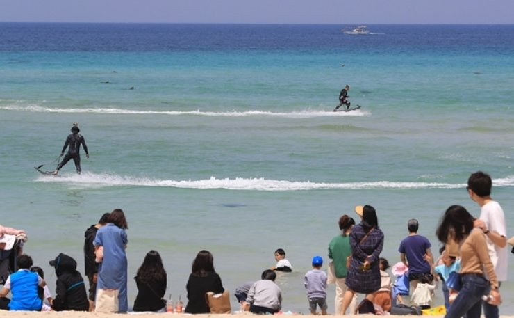 Foreign tourists to South Korea stayed shorter and spent less money in 2019 than the previous year, a government survey showed Tuesday. Korea Times file