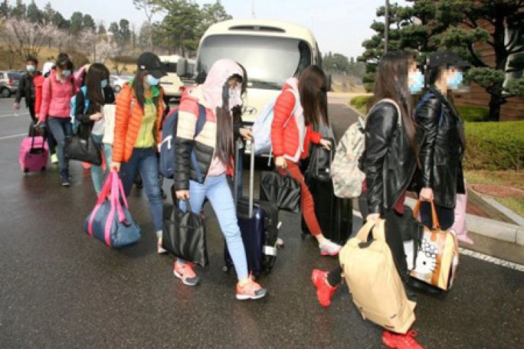 Thirteen female North Korean defectors who worked at a North Korean restaurant in Ningbo, Zhejiang Province in China entered South Korea on April 7, 2016. / Yonhap