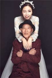 Fu Qiquan belies his 87 years as he poses in a dapper three-piece suit with his beloved granddaughter. / Courtesy of Sina