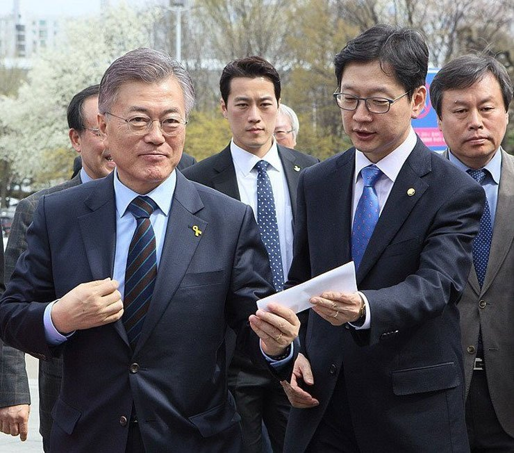 Choi Young-jae, center, stands behind President Moon Jae-in, left.