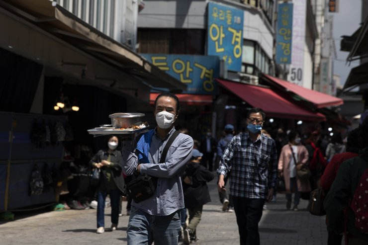 People are seen wearing face masks at the Namdaemun shopping district in Seoul, Wednesday, April. 27, 2020. Korea Times photo by Choi Won-suk