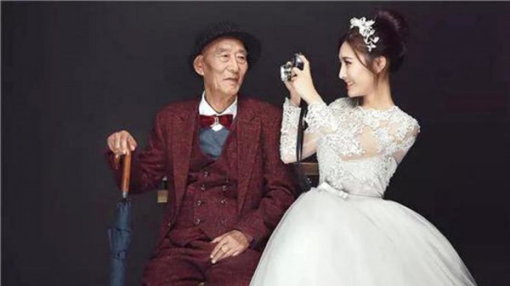 Fu Xuewei, right, said she had no plans to get married but did not want to miss out on having wedding photographs taken with her 87-year-old grandfather. / Courtesy of Sina