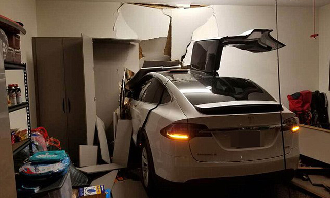 Korean actor Son Ji-chang has posted pictures of his wrecked Tesla SUV on Facebook, saying his car suddenly accelerated in his garage. / Courtesy of Son Ji-chang's Facebook