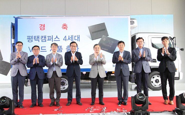 Samsung Electronics Vice Chairman Kwon Oh-hyun, fourth from right, and a group of high-ranking company officials celebrate the opening of the company's new chip factory in Pyeongtaek, Gyeonggi Province, Tuesday. / Courtesy of Samsung Electronics