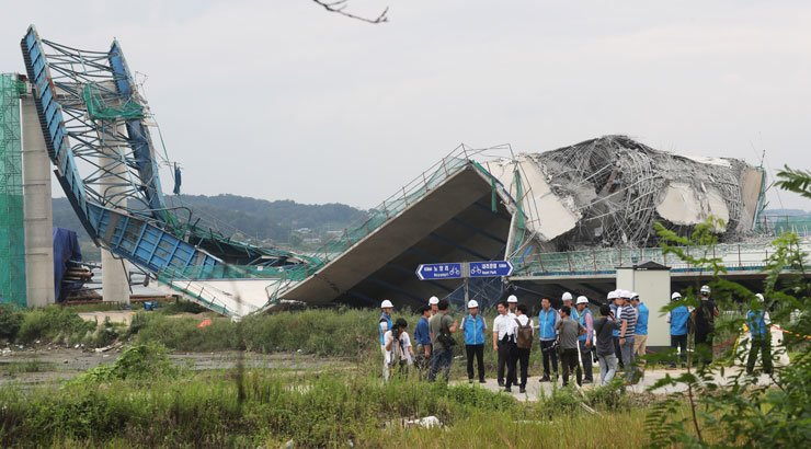 Officials conduct an on-site inspection into the collapse of a bridge under construction in Pyeongtaek, Gyeonggi Province, Monday. Four deck plates of the bridge and a bridge support collapsed a day earlier. / Yonhap