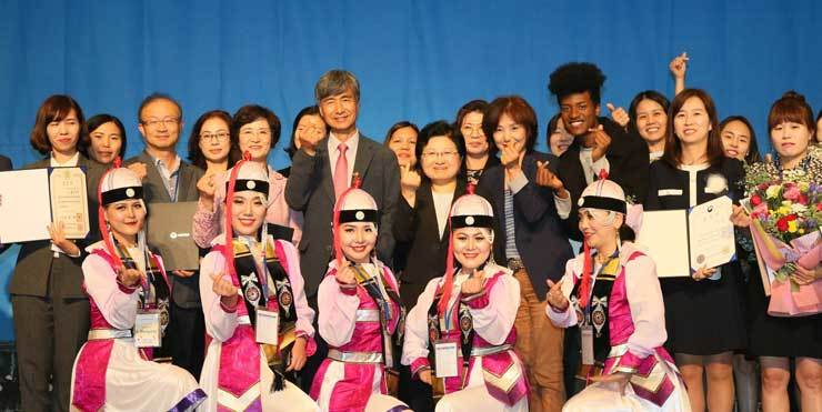 Minister of Gender Equality and Family Chung Hyun-back, poses with multiracial youths at an event on Sept. 21. / Courtesy of Ministry of Gender Equality and Family