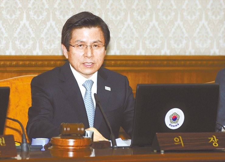 Acting President and Prime Minister Hwang Kyo-ahn speaks during a Cabinet meeting at the Government Complex in central Seoul, Wednesday. He announced his intention not to run for the presidency. / Korea Times photo by Ko Young-kwon