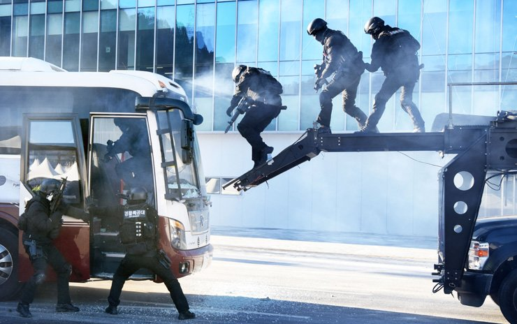 Special Forces take part in an anti-terrorism exercise at the Olympic Stadium on Dec. 12. The drill was part of security preparations for the 2018 PyeongChang Winter Olympics in February. / Korea Times photo by Kim Joo-young