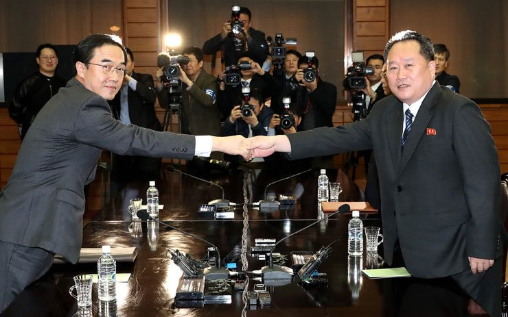 Unification Minister Cho Myoung-gyon, left, and his North Korean counterpart, Ri Son-gwon, chairman of the Committee for the Peaceful Reunification of the Fatherland, shake hands during a high-level inter-Korean meeting at the truce village of Panmunjeom, Thursday. / Joint Press Corps
