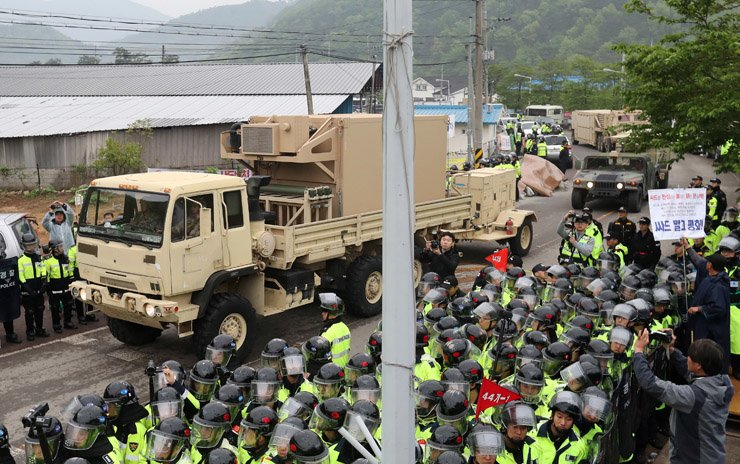 Military trucks containing parts of THAAD anti-missile defense system are making their way to its designated deployment site in Seongju, North Gyeongsang Province, Wednesday. / Yonhap