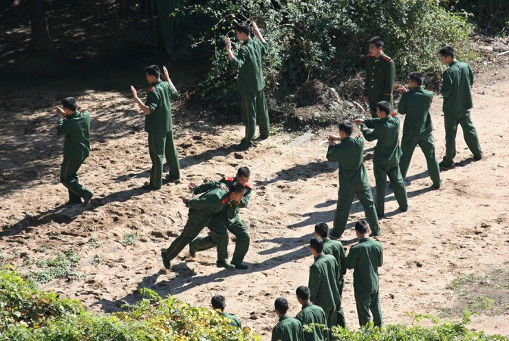 Chinese soldiers practice making arrests during a drill at the Chinese border town of Dandong opposite the North Korean town of Sinuiju Oct. 20, 2006. / Korea Times file