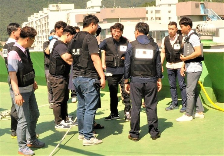Investigators reconstruct the 'rope cutting' murder with a suspect on the roof of a 15-story apartment building in Yangsan, South Gyeongsang Province. / Courtesy of Gyeongnam Provincial Police Agency.