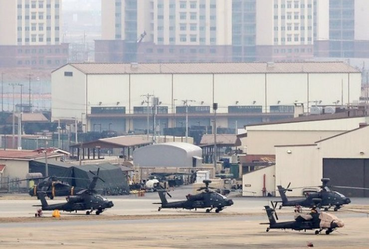 AH-64 Apache attacker helicopters parked at Camp Humphreys in Pyeongtaek, Gyeonggi Province, April 1, when South Korea and the U.S. began their annual Foal Eagle joint military exercise. The allies remained low-key for this year's field drills to reflect inter-Korean reconciliation. Yonhap