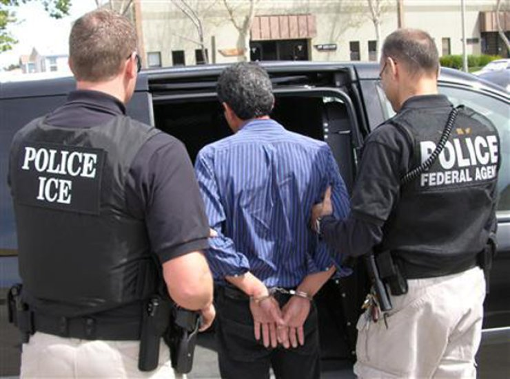 U.S. immigration officials apprehend an undocumented immigrant. U.S. President-elect Donald Trump has vowed a crackdown on undocumented immigrants in the U.S., leaving about 160,000 South Koreans in the country illegally at increased risk of being deported. / Korea Times file