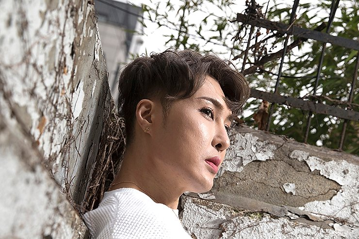 Comedian-turned-makeup artist Kim Ki-soo poses at a cafe in Seogyo-dong in western Seoul, Jan. 16. Korea Times photo by Choi Won-suk