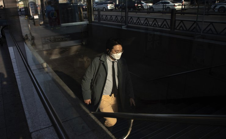 A man wearing a face mask to help protect against the spread of the new coronavirus is seen on the street in Seoul, April 14, 2020. Korea Times photo by Choi Won-suk