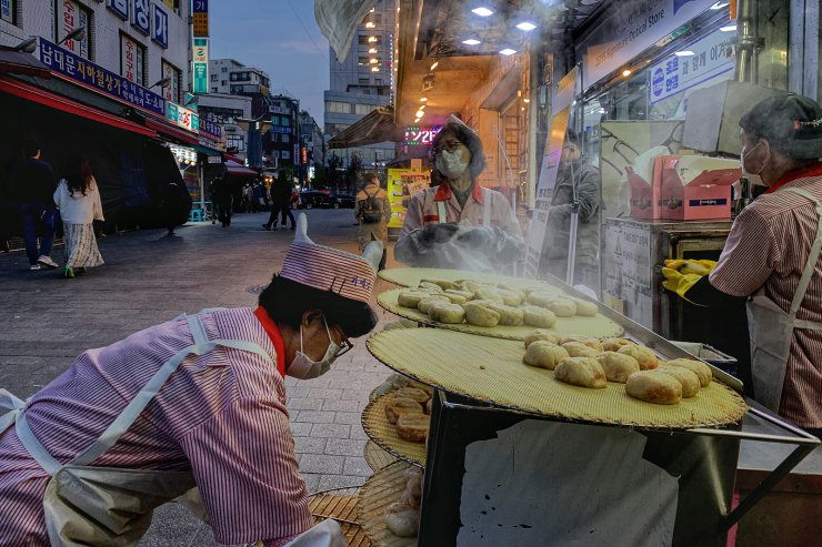 Employees at a dumpling restaurant wear face masks to help protect against the spread of the new coronavirus in Seoul, April 14, 2020. Korea Times photo by Choi Won-suk