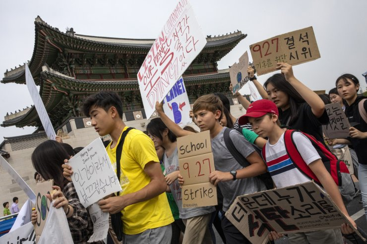 Protesters joined Friday's no-school protest to demand 'grown-ups' do more to counter climate change. Korea Times photo by Shim Hyun-chul