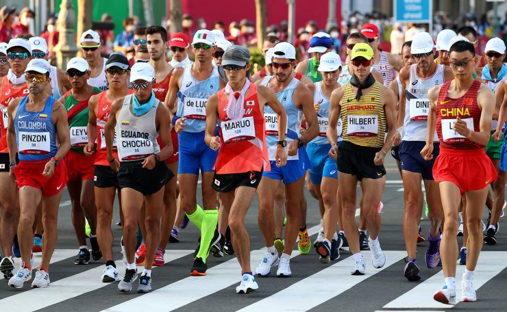 Tokyo 2020 Olympics - Athletics - Men's 50km Walk - Sapporo Odori Park, Sapporo, Japan - August 6, 2021.  Diego Pinzon of Colombia, Andres Chocho of Ecuador, Satoshi Maruo of Japan, Jonathan Hilbert of Germany and Luo Yadong of China in action. REUTERS