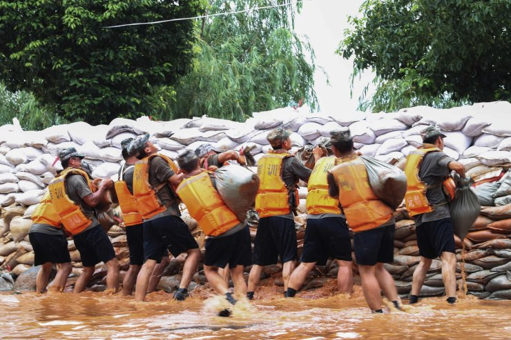 Chinese soldiers building an emergency levee near the Poyang Lake to contain flooding due to torrential rains in Jiujiang in China's central Jiangxi province, July 14, 2020. AFP