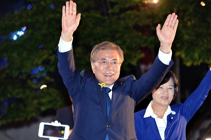President-elect Moon Jae-in waves to his supporters in Gwanghwamun Square in Seoul, Tuesday. / Korea Times photo by Wang Tae-seok