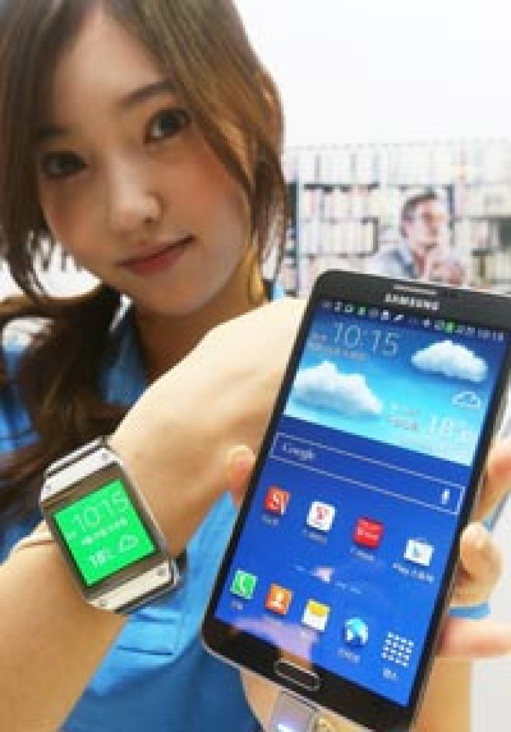 A model presents Samsung's Galaxy Note3 and Galaxy Gear smartwatch at a launching event at its main office in Seocho-dong, southern Seoul, Wednesday. / Courtesy of Samsung Electronics