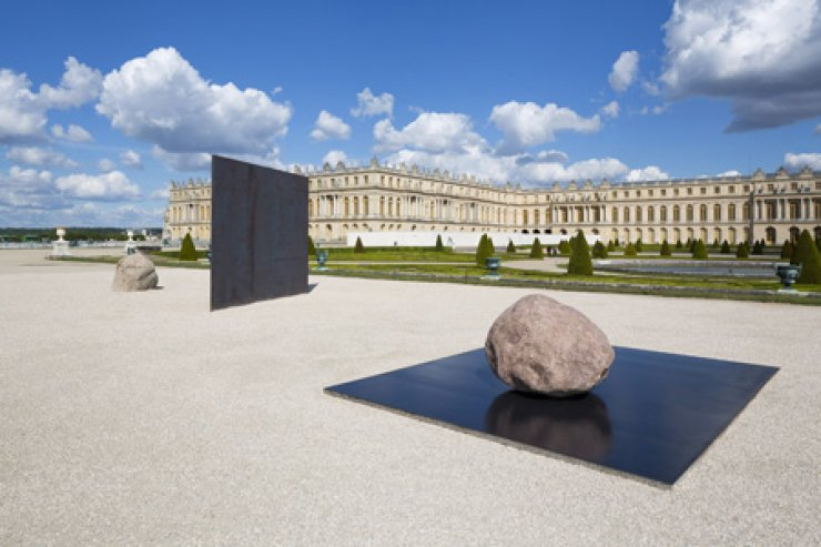 Korean artist Lee U-fan's 'Relatum - Dialogue X' displayed at the Versailles Palace in France in June. Lee was brought into the spotlight last year as 'dansaekhwa,' or Korean monochrome painting, was appreciated internationally. / Courtesy of Chateau de Versailles