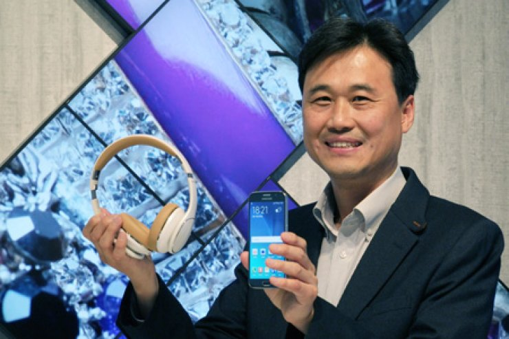 Kim Juntai, senior vice president at Samsung Electronics' audio research group, poses with Galaxy S6 and a headphone during an interview at the company's technology compound in Suwon on the skirt of Seoul, Thursday. / Courtesy of Samsung Electronics