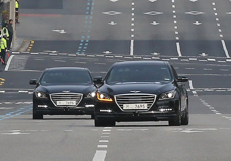 Hyundai Motor's autonomous Genesis sedan demonstrates how to avoid another vehicle during the Future Growth Engine Challenge Parade on a street in southern Seoul, Sunday. / Yonhap