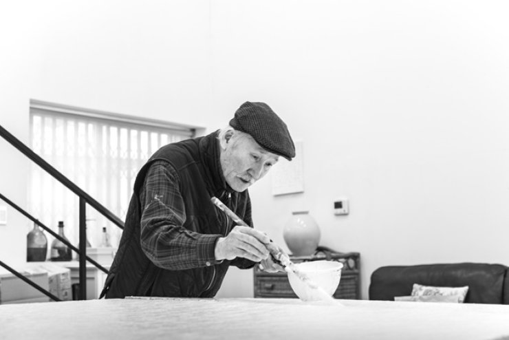 Artist Chung Sang-hwa working in his studio / Courtesy of the artist and Gallery Hyundai