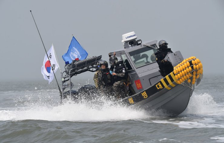 A joint force, comprised of Korean military and maritime police as well as United Nations Command Military Armistice Commission, conducts an operation to crack down on illegal fishing by Chinese fishing boats in neutral waters around the estuary of the Han River, Friday. / Courtesy of Joint Chiefs of Staff