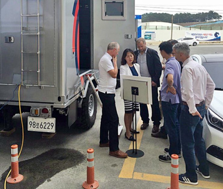 Executives from Britain's top mobile carrier Everything Everywhere test SK Telecom's public safety long-term evolution technology during their visit to a demo site in Gangneung, Gangwon Province, June 8. / Courtesy of SK Telecom