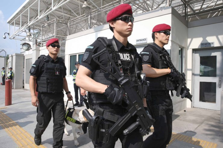 A SWAT team guards the U.S.Embassy in Seoul, Sunday, after the Islamic State group designated U.S. Air Force installations here and a South Korean citizen as targets for attacks, according to the National Intelligence Service. / Yonhap